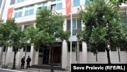 Vlada ( zgrada na fotografiji) godinama, prema riječima Ivana Vujovića, otvoreno i sprječava razvoj i širenje kapaciteta Aerodroma Tivat