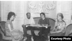 Юрий Воронов в гостиной комнате дома-музея