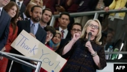 Hillary Klinton Döwlet Departamentiniň binasynyň oňünde öz işgärleri bilen hoşlaşýar. Waşington, 1-nji fewral, 2013.