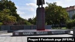 """В основата на паметника пише """"Не на кървавия маршал! Няма да забравим"""""""