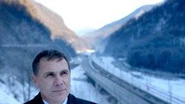 Евгений Витишко у дороги от Сочи до Красной Поляны