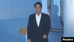 Samsung Electronics компаниясының вице-президенті Ли Джэен Сеул сотынан бостандыққа шығып келе жатыр. Оңтүстік Корея, 5 ақпан 2018 жыл.