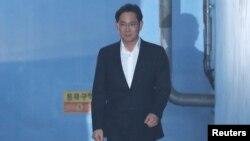 Ли Чжэ Ён покидает здание суда в Сеуле, 5 февраля 2018 года