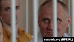 I burgosuri politik Mikalay Statkevich (djathtas)