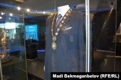 Костюм, в который был одет Назарбаев на инаугурации. Экспонат музея. Астана, 25 августа 2015 года.