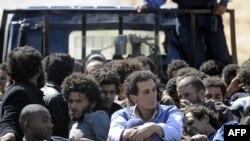 Өтпелі үкімет күштері қолға түскен Қаддафидің жақтастарын тиеп әкетіп барады. Сирт, 20 қазан 2011 жыл.