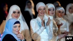 Дубай--Нохчийчоьнан куьйгалхочун хIусамнанас Кадырова Меднис шен зударийн духарийн коллекци гайтина Дубайхь, 24Заз2012.