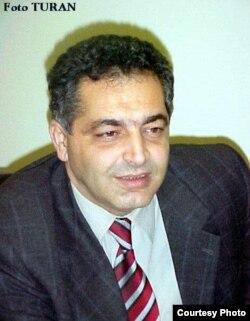 Yazıçı Kamran Nəzirli.