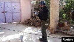 Инспектор ООН изучает место предполагаемой химической атаки в юго-западном предместье Дамаска. 26 августа 2013 года.
