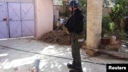 Експерт ООН з хімічної зброї обстежує одне з місць імовірного застосування отруйного газу в передмісті Дамаска, 26 серпня 2013 року