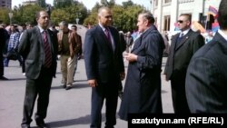 Armenia - Opposition leaders Levon Ter-Petrosian (R) and Raffi Hovannisian speak at Liberty Square in Yerevan, 05Oct2011.
