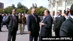 Րաֆֆի Հովհանիսյանը եւ Լեւոն Տեր-Պետրոսյանը Ազատության հրապարակում, 5-ը հոկտեմբերի, 2011