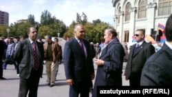 Armenia - Opposition leaders Levon Ter-Petrosian (R) and Raffi Hovannisian speak at Liberty Square in Yerevan, 05Oct2011.