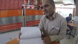 Філёляг з Ірану чытае на фарсі клясыкаў