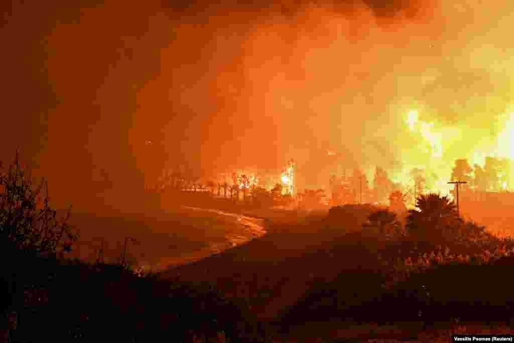 Napok óta ég az erdő és a bozót a Korinthoszi-öböl partjainál Görögországban. Eddig 12 településről kellett evakuálni a lakosokat.