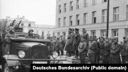 """Совместная акция вермахта и Красной армии в Бресте 22 сентября 1939 года: прохождение немецких частей перед советскими военными. Позднее о ней часто говорили как о """"совместном параде"""""""