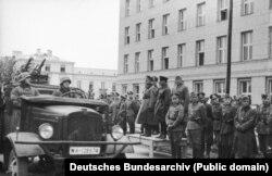 Спільний парад Вермахту і Червоної армії у Бресті 22 вересня 1939 року. На трибуні (зліва направо): генерал-лейтенант Моріц фон Вікторин, генерал танкових військ Гейнц Гудеріан і комбриг Семен Мойсейович Кривошеїн