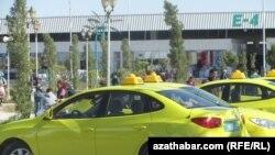 """""""Hýundaý Elantra"""" kysymly sary reňkli taksi. Aşgabat"""
