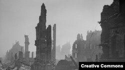 Снимка на разрушения град, 1945 г.