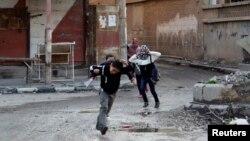 Атыс кезінде бас сауғалап бара жатқан балалар. Дейр әл-Зор қаласы, Сирия, 16 ақпан 2014 жыл. (Көрнекі сурет)