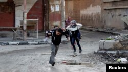 Fëmijët duke ikur nga të shtënat në Deir al-Zor