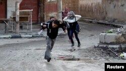 کودکان در حال گذر از خیابان از ترس تکتیراندازها در حال دویدن هستند