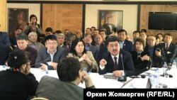 Жер мәселесін қоғамдық талқылауға жиналған билік пен қоғам өкілдері. Астана, 16 ақпан 2018 жыл.