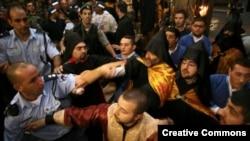 Полиция разнимает дерущихся армянских и греческих священнослужителей (архив)
