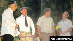 "Әтнә дәүләт драма театрының ""Кияүләр"" спектакленнән күренеш"