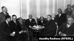 M.Ə.Rəsulzadə Ankarada siyasi mühacirlərlə birlikdə.