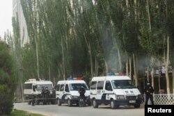 Кашкардын көчөлөрүндө турган полиция кыматкерлеринин автоунаалары. Кытайдын Шинжаң аймагы. 4-май, 2021-жыл.