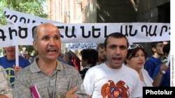 Демонстранты, протестующие против законопроекта перед входом в зал заседаний правительства