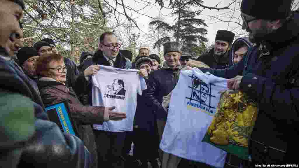 Кримські татари привітали адвоката Миколу Полозова з Днем народження, 6 грудня 2016 року