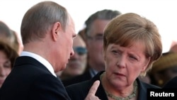 German Chancellor Angela Merkel (right) has called on Russian President Vladimir Putin to push Ukraine's separatists to negotiate.