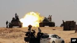 Ливиядағы халық толқулары кезінде көтерілісшілер Сирт қаласына оқ атып жатыр. Ливия, 26 қыркүйек 2011 жыл.
