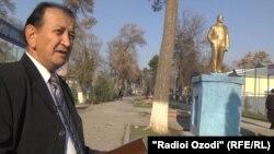 Рустам Аламхонзода дар пояи ҳайкали Ленин