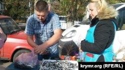 Торговля хамсой в Керчи