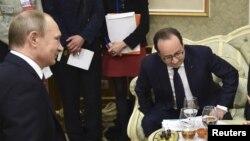 Ресей президенті Владимир Путин (сол жақта) мен Франция президенті Франсуа Олланд. Минск, 11 ақпан 2015 жыл. (Көрнекі сурет)