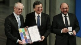 Herman Van Rompuy, Jose Manuel Barroso şi Martin Schulz, cu premiul Nobel în mâini, la Oslo