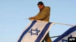 Izraelski vojnik postavlja zastavu na granici Gaze, arhiv