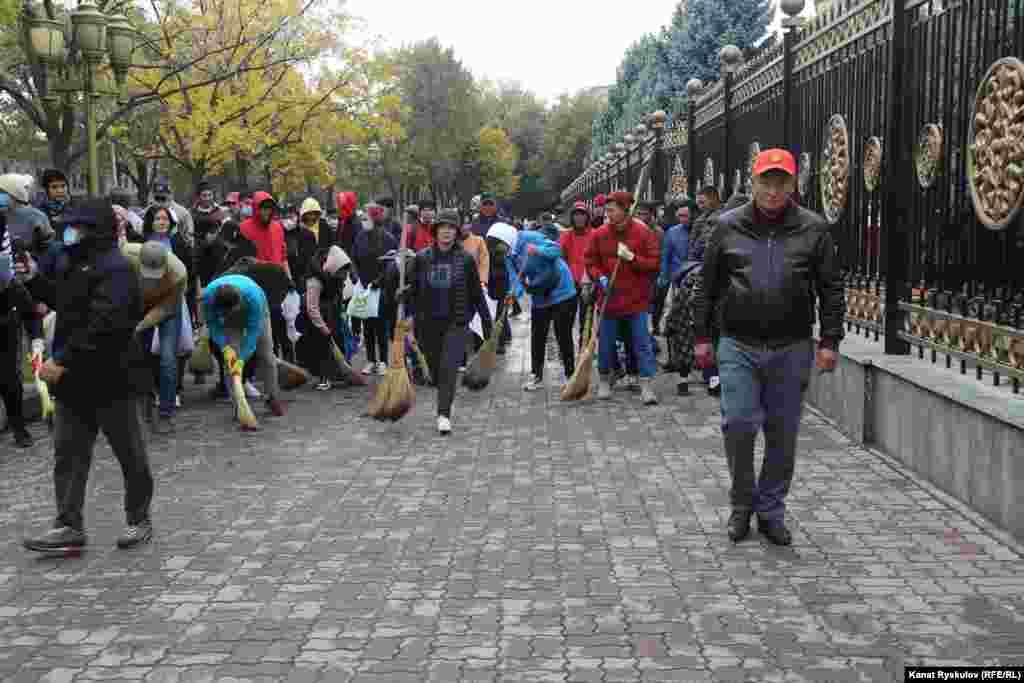 Волонтери прибрали сміття на території будівлі і за огорожею