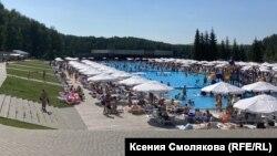 Открытый бассейн парк-отеля на Алтае, Россия