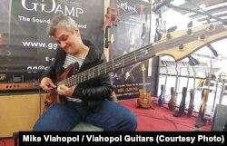 Decebal Bădilă cântă pe o chitară bass marca Vlahopol Guitars, la târgul Musikmesse de la Frankfurt.