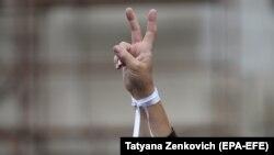 """Panglica albă, simbolul protestelor antiguvernamentale din Belarus. La o acțiune de protest, în fața Teatrului Național Academic """"Janka Kupala"""" din Minsk, august 2020"""