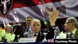 رئيس نادي القضاة احمد الزند رافعا يده