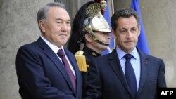 Қазақстан президенті Нұрсұлтан Назарбаев (сол жақта) пен Франция президенті Николя Саркози. Париж, 27 қазан 2010 жыл.