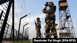 Індійські прикордонники патрулюють біля паркану на індійсько-пакистанському кордоні, 28 лютого 2019 року