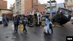Жители турецкой провинции Дьярбакыр покидают район столкновений сил безопасности страны с боевиками запрещенной в стране Рабочей партии Курдистана (РПК). 15 марта 2015 года.