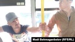 Задержанных граждан заводят в автобус. Астана, 21 мая 2016 года.