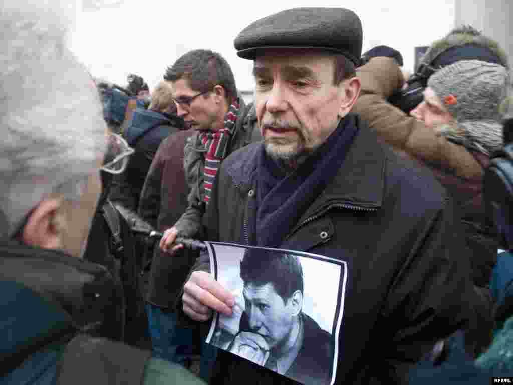 Лев Пономарев на месте убийства адвоката Станислава Маркелова и журналистки Анастасии Бабуровой, 20 января 2008